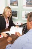 Weiblicher Zustand, der Eigentum-Details behandelt Lizenzfreie Stockbilder