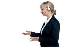 Weibliches Abnehmersorgfaltmittel in einem Gespräch Lizenzfreies Stockfoto