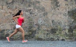 Weibliches ahtlete Laufen im Freien stockbilder