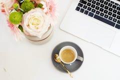 Weibliches Arbeitsplatzkonzept in der Ebene legen Art mit Laptop, Kaffee Lizenzfreie Stockfotos