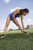 Weibliches asiatisches Athleten-Working Out On-Feld Lizenzfreies Stockbild