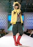 Weibliches Asien-Baumuster an einer Modeschau Stockfoto