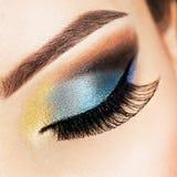 Weibliches Auge der Nahaufnahme mit hellem Make-up der schönen Mode Stockfoto