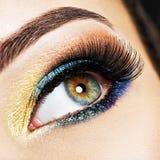 Weibliches Auge der Nahaufnahme mit hellem Make-up der schönen Mode Lizenzfreie Stockfotos