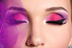 Weibliches Auge mit hellem rosa Make-up der schönen Mode Lizenzfreie Stockfotografie