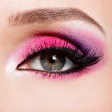 Weibliches Auge mit hellem rosa Make-up der schönen Mode Lizenzfreie Stockbilder