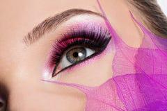 Weibliches Auge mit hellem rosa Make-up der schönen Mode Lizenzfreies Stockfoto