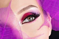 Weibliches Auge mit hellem rosa Make-up der schönen Mode Stockfoto