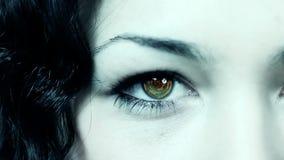 Weibliches Auge mit Technologie stock footage