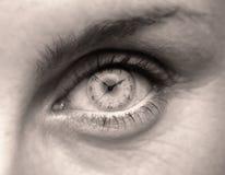 Weibliches Auge mit Ziffernblatt Stockfotografie