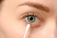 Weibliches Augengrünwattestäbchen lizenzfreies stockbild