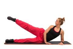 Weibliches Ausdehnen auf aeroben Mat Before Workout Lizenzfreies Stockfoto