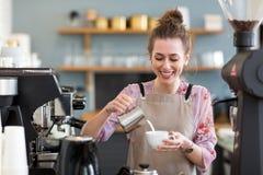 Weibliches barista, das Kaffee macht lizenzfreies stockfoto