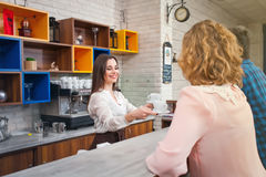 Weibliches barista und der Kunde in einem Café Stockbild