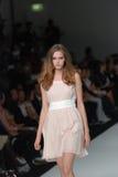 Weibliches Baumuster an einer australischen Modeschau Lizenzfreies Stockfoto