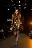 Weibliches Baumuster an einer Modeschau Stockfoto