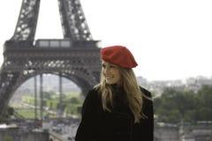 Weibliches Baumuster im roten Hut Eiffelturmhintergrund Lizenzfreie Stockfotografie