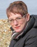 Weibliches Baumuster mit den Gläsern, die auf Strand aufwerfen Stockfotografie