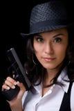 Weibliches Baumuster mit Gewehr stockfotografie