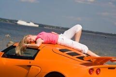 Weibliches Baumuster und ein Auto Stockfotos