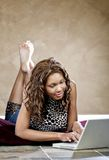 Weibliches Baumuster unter Verwendung des Laptops Lizenzfreies Stockfoto