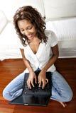 Weibliches Baumuster unter Verwendung des Laptops Lizenzfreie Stockfotografie
