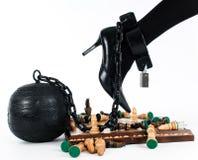 Weibliches Bein verkettet an den Gefängnisball Lizenzfreie Stockfotografie