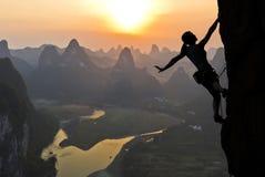 Weibliches Bergsteigerschattenbild in der chinesischen Landschaft Stockbild