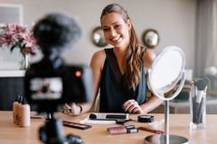 Weibliches Bloggeraufnahmevideo für ihr vlog auf Schönheit und fashio Stockbild