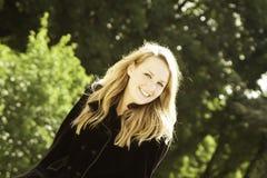 Weibliches blondes Baumuster im schwarzen Mantel Lizenzfreies Stockbild