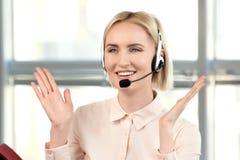 Weibliches blondes Call-Center-Betreiberporträt Lizenzfreie Stockfotografie