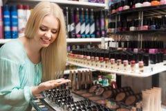 Weibliches blondes Einkaufen Stockbilder