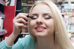 Weibliches blondes Einkaufen Lizenzfreie Stockbilder