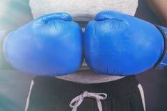 Weibliches boxendes M?dchen in den blauen Boxhandschuhen stockbilder