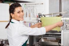 Weibliches Chef-Processing Green Pasta-Blatt herein Lizenzfreie Stockbilder
