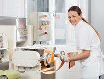 Weibliches Chef-Processing Spaghetti Pasta-Blatt herein Lizenzfreies Stockbild