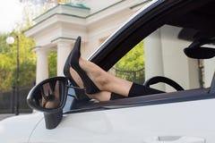 Weibliches der Beine Autofenster heraus Lizenzfreies Stockbild