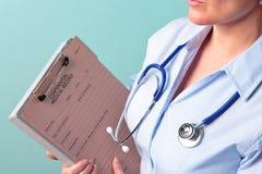 Weibliches Doktorholding-Krankenblatt Lizenzfreies Stockfoto