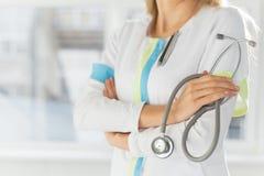Weibliches Doktorholdingstethoskop Lizenzfreie Stockbilder
