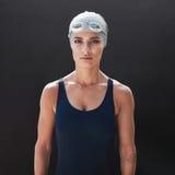 Weibliches Eignungsmodell im Badeanzug Lizenzfreies Stockfoto