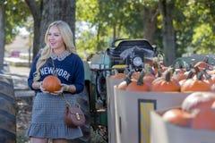 Weibliches Einkaufen für Halloween-Kürbis Stockbild