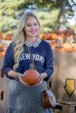 Weibliches Einkaufen für Halloween-Kürbis Stockfoto
