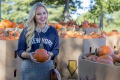 Weibliches Einkaufen für Halloween-Kürbis Stockfotografie
