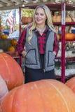Weibliches Einkaufen für Halloween-Kürbis Lizenzfreies Stockbild