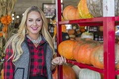 Weibliches Einkaufen für Halloween-Kürbis Lizenzfreie Stockfotografie