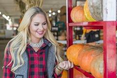 Weibliches Einkaufen für Halloween-Kürbis Lizenzfreie Stockfotos