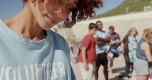 Weibliches freiwilliges Schreiben auf Klemmbrett am Strand 4k stock footage