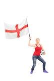 Weibliches Fußballfan, das eine englische Flagge wellenartig bewegt Stockbilder