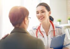 Weibliches geduldiges Hören auf Doktor Stockbild