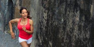 Weibliches geeignetes ahtlete Laufen im Freien stockbild